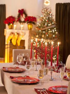ts-88695912_holiday-tablescape_s3x4-jpg-rend-hgtvcom-616-822